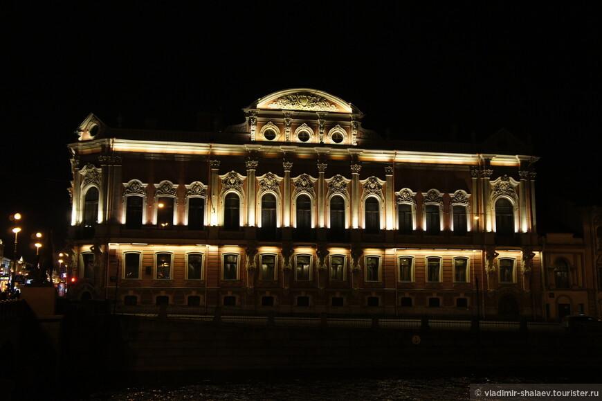 Вид на дворец Белосельских - Белозерских через Фонтанку.