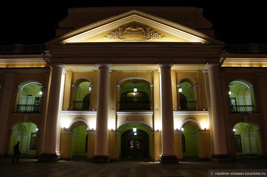 Главный вход в Гостиный Двор.