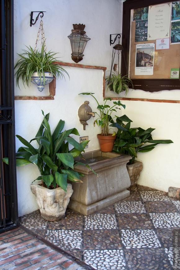 """""""Нижний"""" вход в ресторан рядом с Альгамброй. Наверх ведет лестница."""