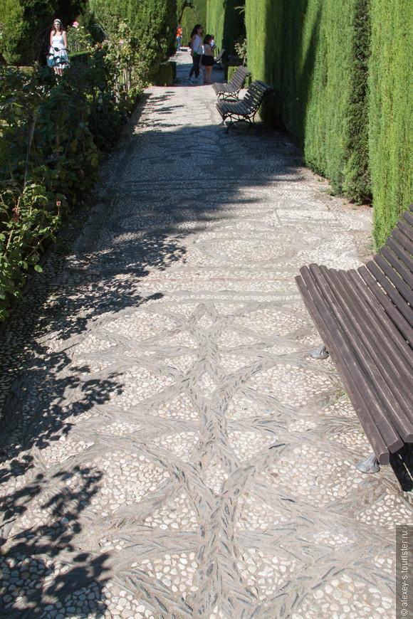 Дорожки вымощены черной и белой галькой так, что образуются различные узоры. Лучше всего они видны на мокрых камнях.