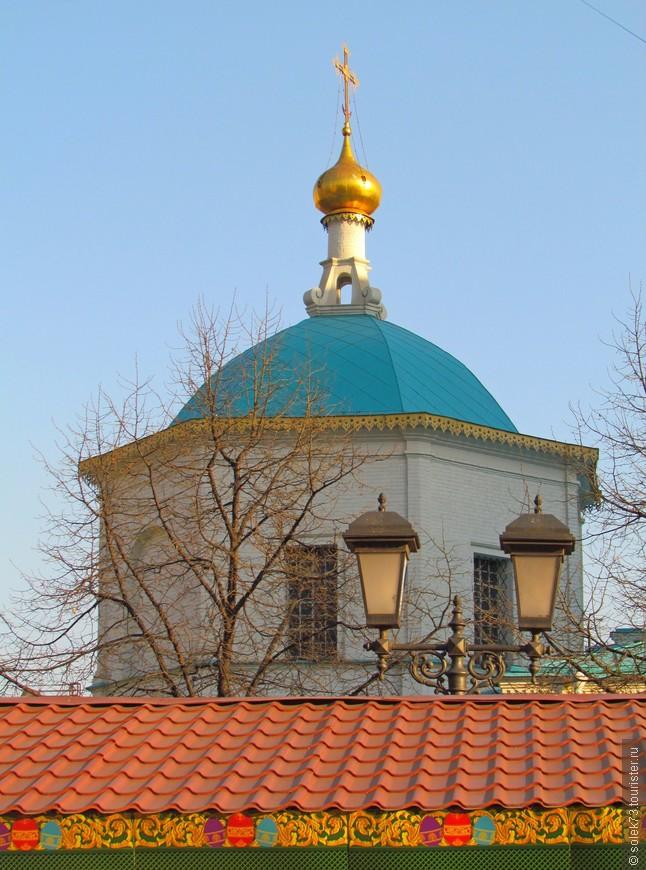 Церковь Святых бессеребренников Космы и Дамиана, расположенная в Столешниковом переулке.