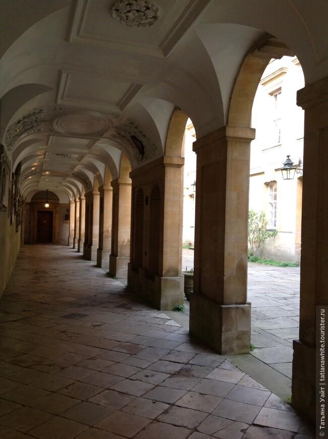 Крытая аркада колледжа