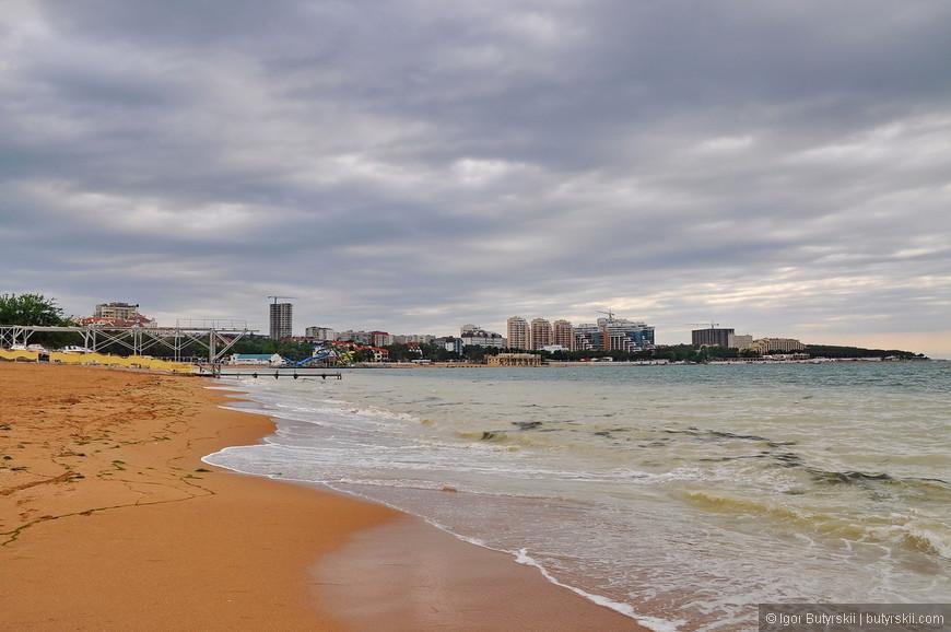 02. Проехавшись по городу по идеально чистым дорогам, было принято решение ехать на пляж.