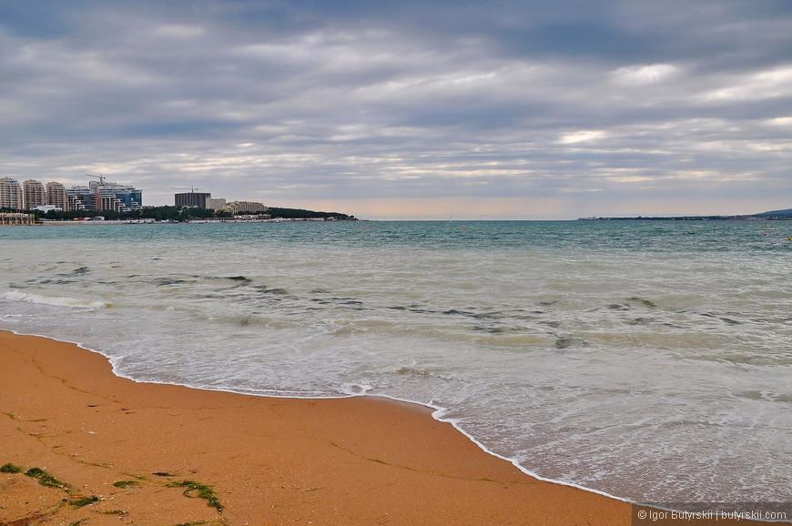 06. Пляжи – песочные, никакой сочинской гальки и водорослей по колено, очень приятное для прогулок место.