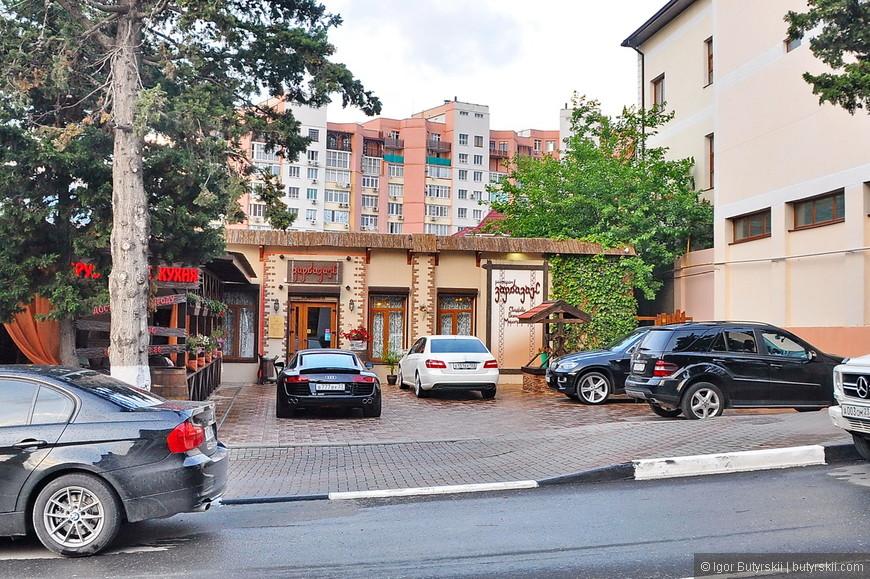26. Парковка перед рестораном грузинской кухни.