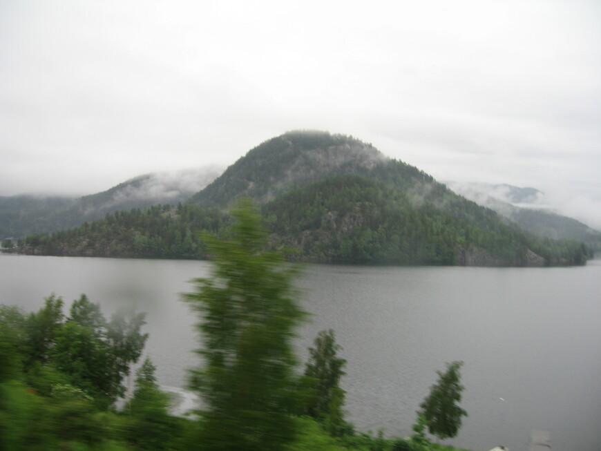Наш автобус едет по Норвегии.