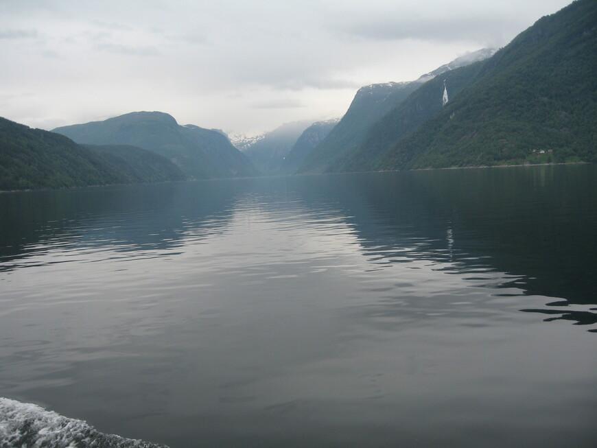 Хардангер -фьорд- третий  по длине в мире и второй  по длине в Норвегии. длина 113 км. глубина 891 м