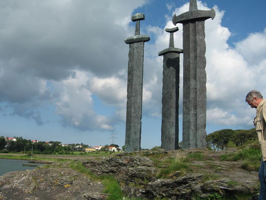 Ставангер.  Памятник  Мечи в скале. Открыт в 1983 году и посвящен победе короля Харальда в битве с викингами за объединение Норвегии в 872 году.