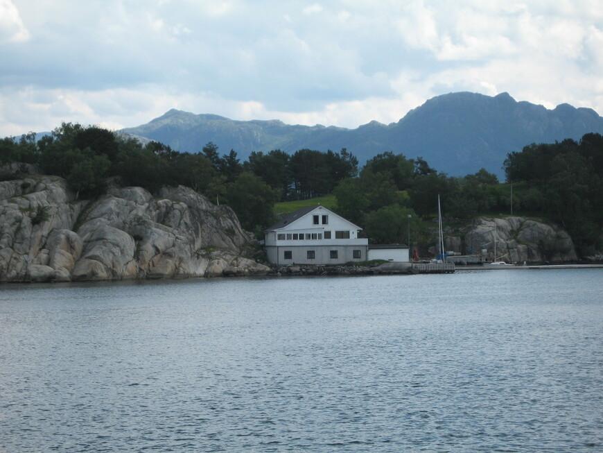 Наш кораблик плывет в Люсе-фьорд