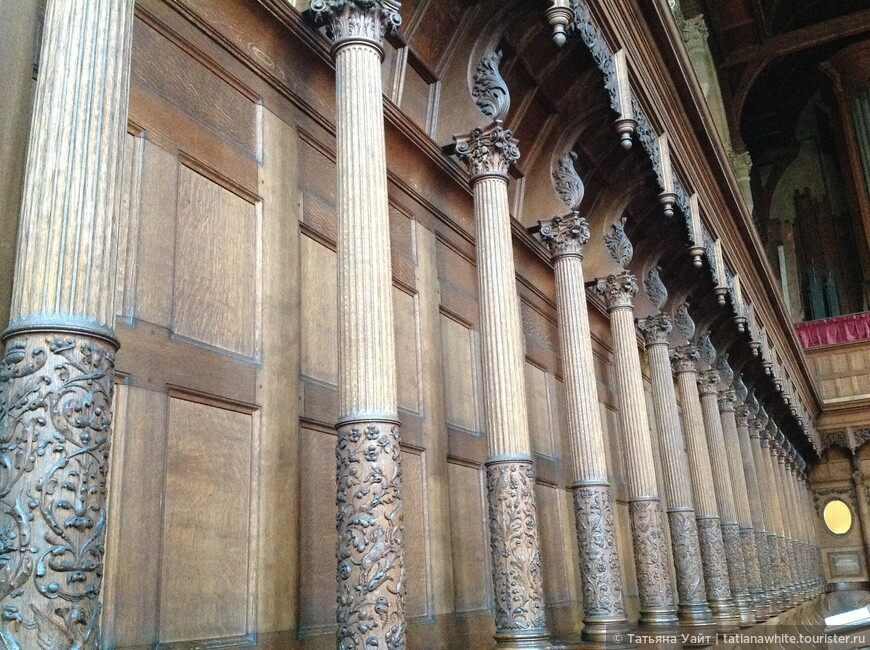 В часовне стройный ряд колонн