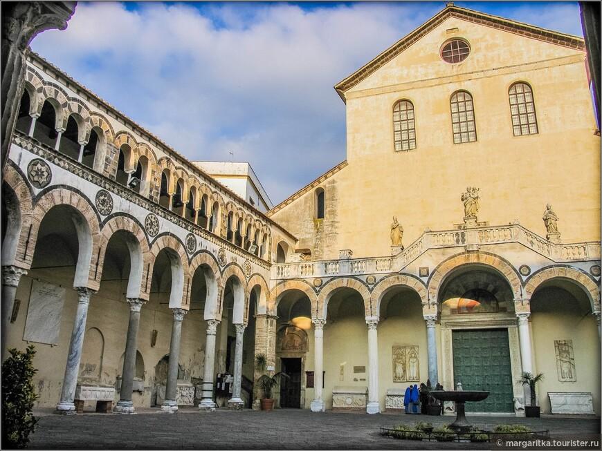 Главный портал ведёт в широкий атриум, обрамлённый квадрипортиком. Квадрипортики собора в Салерно и базилики святого Амвросия (Милан) (описание) – единственные примеры романских квадрипортиков, сохранившихся до нашего времени.