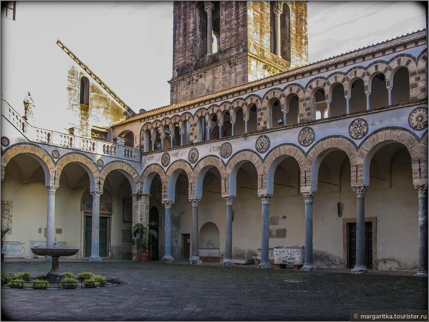 Деятельное участие в проектировании и строительстве здания принимал архиепископ Салерно Альфано. За образец при возведении собора была взята церковь бенедиктинского аббатства в Монтекассино (Лацио), возведённая Дезидерием (впоследствии ставшим папой Виктором III).