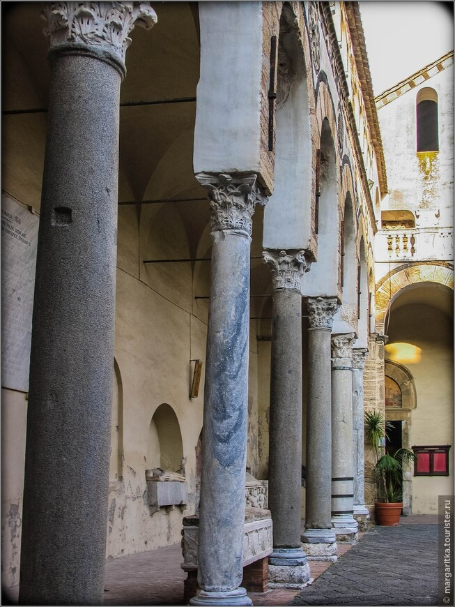 Колонны, поддерживающие полукруглые арки, - римского происхождения. Декоративные элементы, украшающие портики, выполнены из вулканического камня. Прекрасные галереи второго яруса портика с бифорами и пентафорами (окнами с пятью створками, разделенными небольшими колоннами) специалисты считают точкой отсчёта, от которой берёт начало так называемая средиземноморская архитектура.