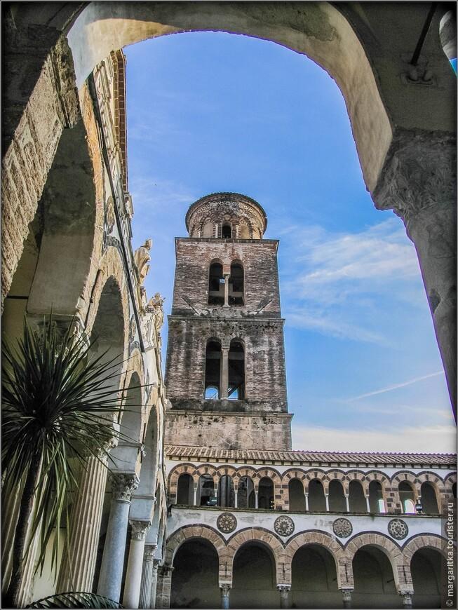 С южной стороны квадрипортика расположена колокольная башня, построенная в арабо-норманнском стиле. 52-метровая колокольня, как свидетельствует надпись на табличке на южной стене баши, была построена в 1137-52 годах. Колокольная башня состоит из четырёх квадратных ярусов, над которыми поднимается тибурий (в данном случае – небольшая цилиндрическая башенка) с невысоким куполом. Нижние ярусы выполнены из травертина, верхние – из более легкого кирпича. В квадратных ярусах открываются бифоры. Тибурий украшает орнамент из 12 переплетающихся полукруглых арок. Орнамент подчёркивается контрастом светлых и тёмных облицовочных материалов.