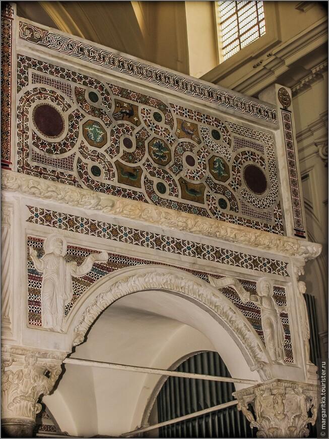 Мозаики в других апсидах были выполнены мастерами равеннской мозаичной школы в середине 20 века.
