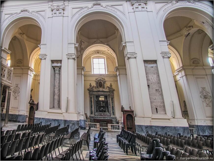 Внутреннее пространство храма разделено на три нефа. Некоторые исследователи предполагают, что, возможно, изначально церковь была пятинефной. Над главным нефом поднимается цилиндрический свод. Перекрытия над трансептом выполнены в виде фермы.