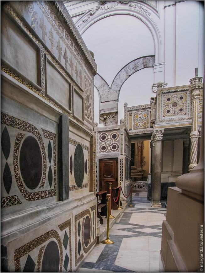 Оригинальное мозаичное покрытие стен сохранилось в правом нефе, правой апсиде и на стене у входа (изображение святого Матфея с евангелием).