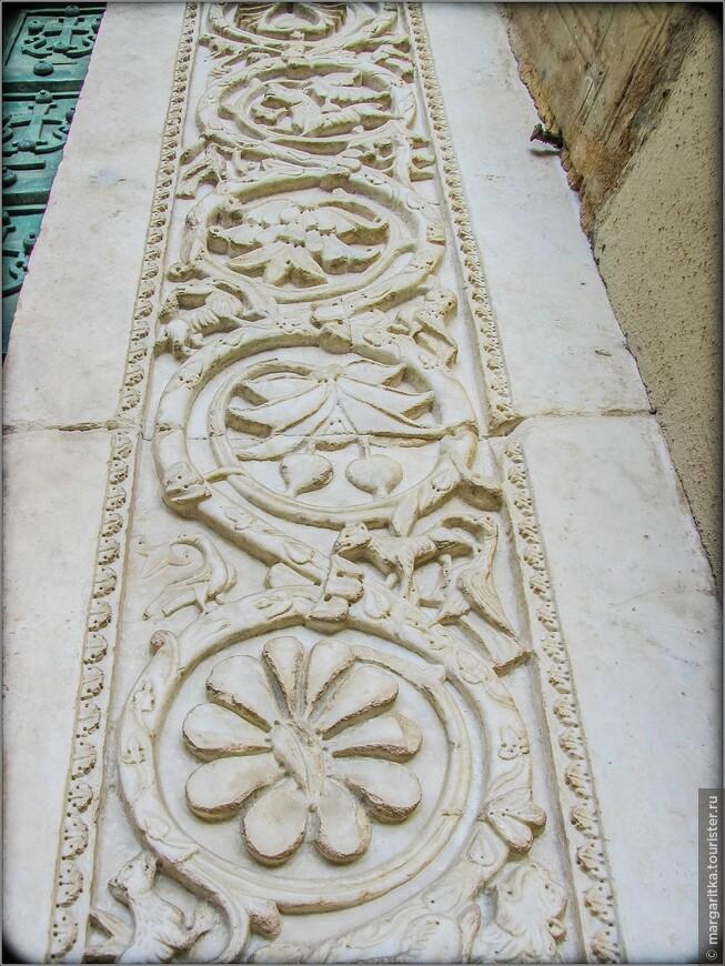 входные двери обрамлены резной аркой  из мрамора