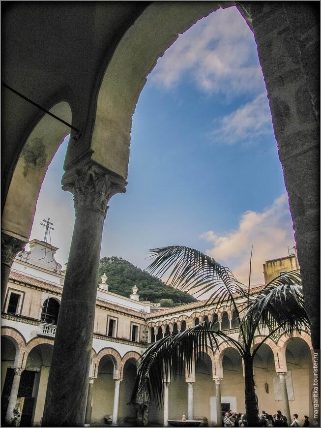 Собор святого Матфея, как и базилика в Монтекассино, является трёхнефным. Нефы собора удлинены. Трансепт имеет три апсиды (уникальный случай для центральной и южной Италии в средние века). Перед зданием расположен квадрипортик.
