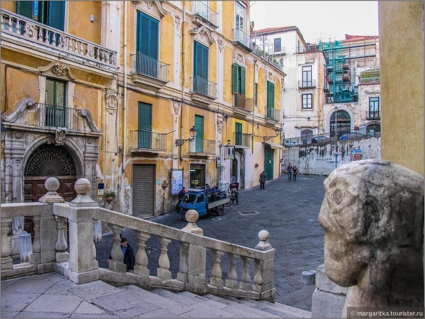 вид со ступеней центрального входа в Кафедральный собор св. апостола Матфея на Piazza Alfano. От романского фасада остались фигуры львов в основании портала: лев и львица с львёнком.