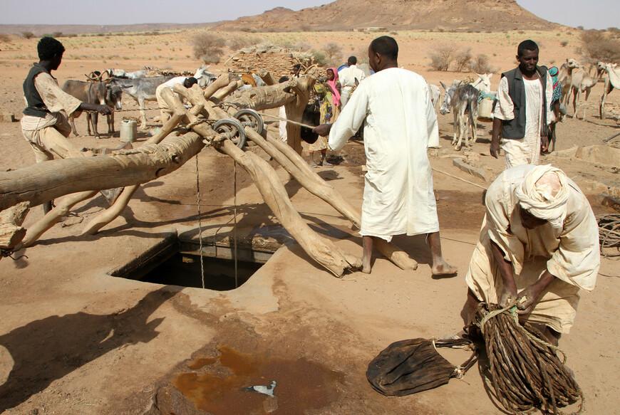 Что для жителей пустыни является самым важным и ценным? Конечно, вода! Как раз в этом месте находится большой колодец из которого они ее добывали.