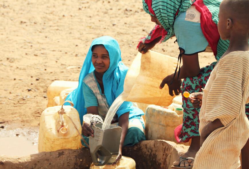 Последняя стадия — дети и женщины начинают заполнять многочисленные пластиковые канистры и бочки.