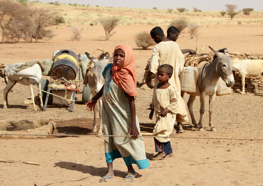 Израильские бедуины по своему происхождению являются выходцами с территории современной Саудовской Аравии, пришедшие в пустыню Негев в VII веке (на волне мусульманских завоеваний). Выходцы из Судана (их легко отличить, так как они принадлежат к негроидной расе) изначально попадали к бедуинам, кочевавшим по пустыням Аравийского полуострова, в качестве рабов, но в дальнейшем переходили на характерный для бедуинов Аравийского полуострова диалект арабского языка и становились полноправными бедуинами.