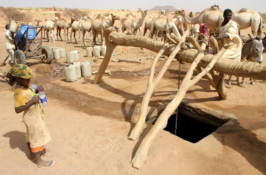 Бедуины живут в пустыне не менее 4-5 тысяч лет. Сначала они были язычниками, позже, в IV веке нашей эры среди бедуинов распространилось христианство. В VII веке бедуины приняли ислам и стали говорить на арабском языке. В XI веке бедуины вторглись на территорию Северной Африки, покоряя местное население. При этом большая часть местных жителей (берберов) была ими исламизирована.