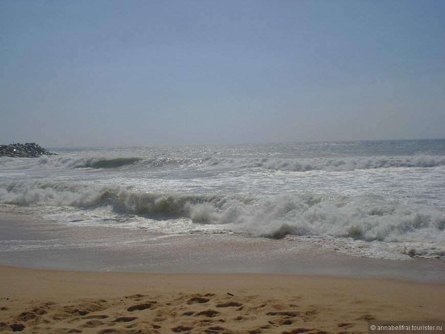 Холодный океан. В океане было совершенно не возможно купаться, он был ледяным, ветер пронизывающим, песок летел в глаза. Единственный человек, зашедший в воду кричал что-то пьяным голосом по -русски. Но волны как нельзя лучше подходят для сёрфинга.