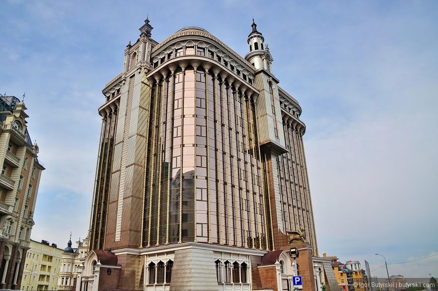 04. Здание бизнес-центра, только построено. Очень интересный дизайн.