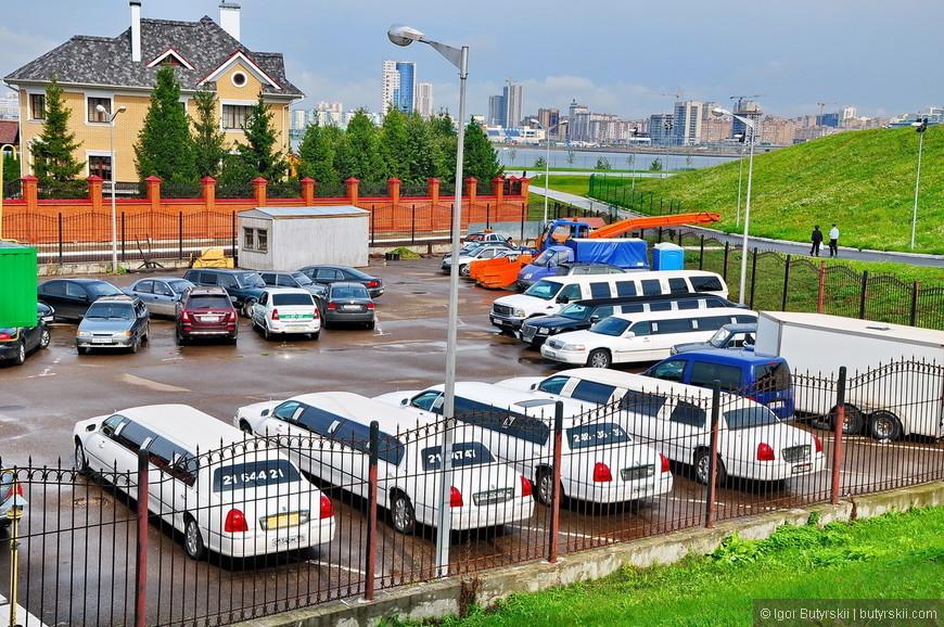11. На парковке перед жилым комплексом повышенное содержание лимузинов на душу населения.