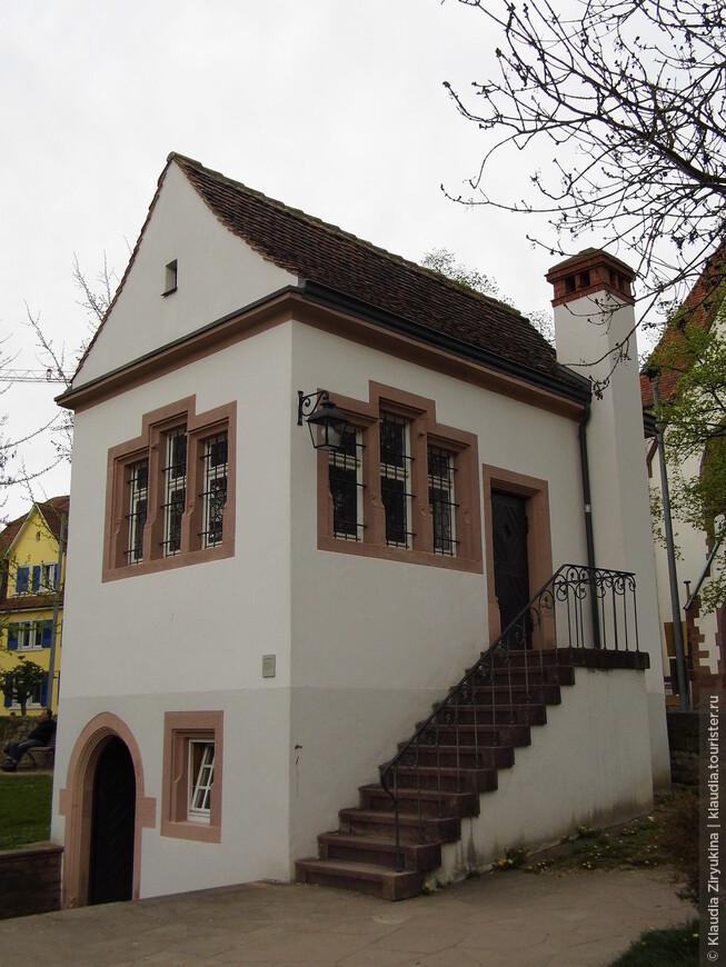 Бывшая часовенка, которая затем стала летним домиком Маркграфа, затем домик был подарен поэту Ленцу, который прожил в нем 2 года, 1776-1778, а теперь здесь ..... ТУАЛЕТ!