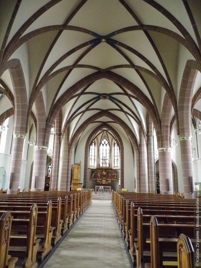 Католический Собор трехнефный,  тоже достаточно скромный.