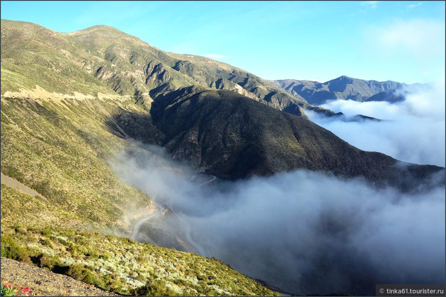 Поднявшись на самую вершину холмов Вильявисенсио мы оказались над облаками.