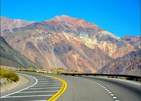 Разноцветные горы Мендосы напоминают палитру художника.