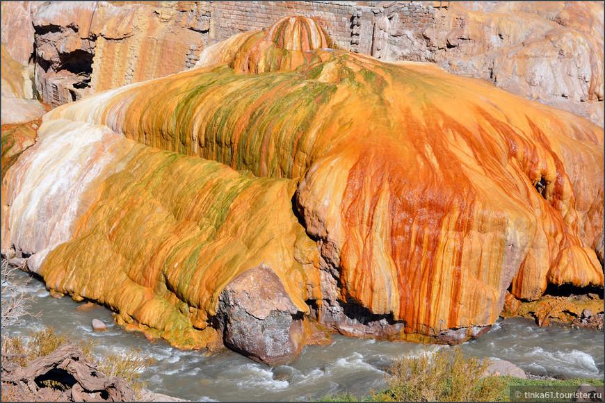 Жёлтые, оранжевые, зелёные, белые краски появились в результате воздействия  термальных вод.