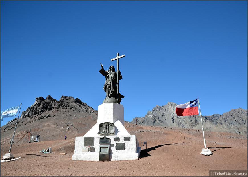 Андский Христос стоит почти на границе между Аргентиной и Чили на высоте 3900 метров над у.м.