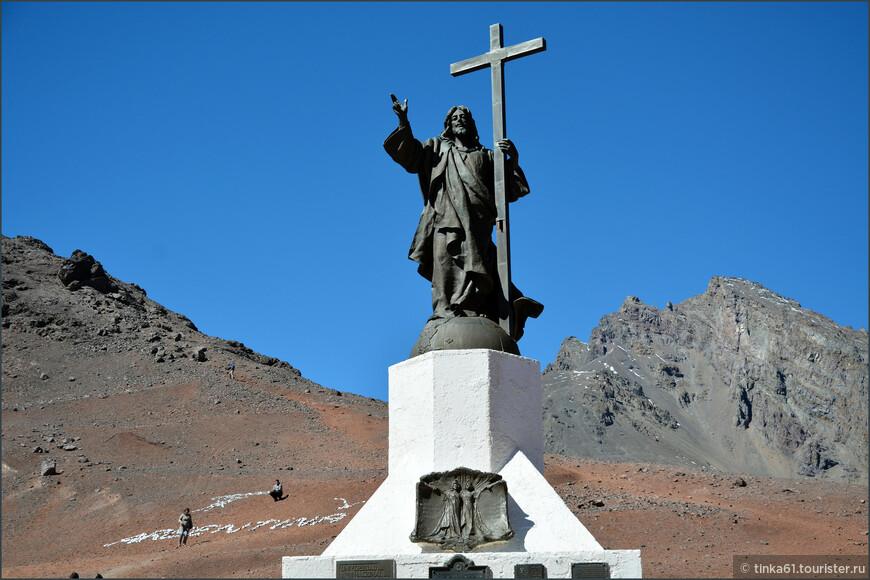 Статуя была воздвигнута в 1904 году в память заключенного между Чили и Аргентиной мирного договора.