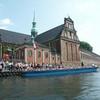 Oт церкви Хольмен, напротив старинной Биржи по адресу Kronometertrappen.