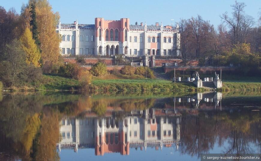 Усадебный дом-дворец Марфино.  Этот очень необычный для Подмосковья усадебный дом-дворец в Марфино помню произвел на меня сильное впечатление. Все-таки в Москве и Подмосковье не так много готики и псевдоготики. Он был построен в 1760—80-е гг. и реконструирован в 1830-х годы. Напомнил мне Воронцовский дворец в Алупке и множество дворцов, которые пришлось увидеть в Англии. К сожалению, сейчас там находится военный санаторий (мои родители даже когда-то отдыхали в нем). Поэтому можно осмотреть его только снаружи.
