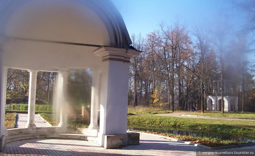 Парк усадьбы Марфино.   Парк усадьбы Марфино интересен сам по себе, даже вне связи с домом-дворцом. Знаменит его чугунный фонтан в виде широкой чаши-раковины, которую поддерживали дети и дельфины. Его автором, предположительно, является Иван Петрович Витали (1794-1855). Органично смотрятся мраморные грифоны на пристани у пруда. В парке можно видеть несколько изящных беседок, среди которых выделяется двухъярусный павильон «Миловида». Ддва дома для псарей – «псарни», больше похожи на античные храмы  Пруд с насыпными островами и каналы представляют собой сложное гидротехническое сооружение.