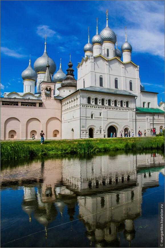 Церковь Воскресения - одно из первых культовых сооружений в Ростове при Ионе Сысоевиче (построена в 1670 году). Здание ее несколько отступает к югу, а на переднем плане — богато декорированная галерея, врастающая своими концами во фланкирующие башни. На фасаде галереи асимметрично расположены двое ворот: слева — пешеходные, в центре — проездные. Асимметрия — обычное в древнерусском зодчестве явление, придающее архитектурным массам большую живописность.