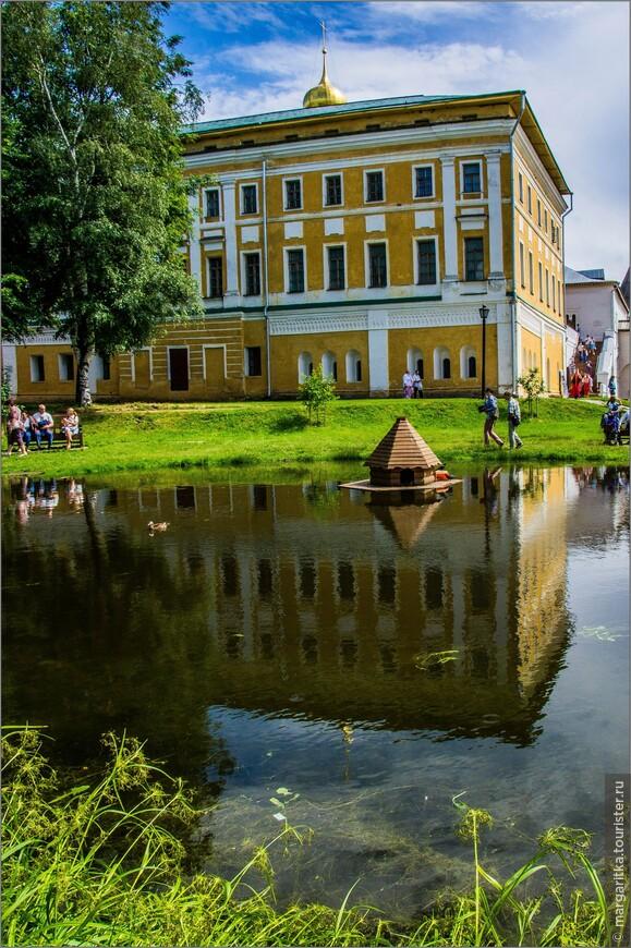 Самуилов корпус, занимает в ансамбле кремля почти центральное положение, он как бы доминировал в функциональном смысле над всеми кремлевскими сооружениями. Самуилов корпус возник в разные эпохи, разделеные целыми столетиями. В XVI веке был построен его первый этаж. . Окончательная перепланировка производилась в конце XVIII века при архиепископе Самуиле Миславском; при нем был надстроен третий этаж, сооружена существующая сейчас лестница, стены здания были оформлены в стиле архитектуры XVIII века (корпус стал называться Самуиловым). Пропорции сооружения изменились не только в высоту, но и в длину. Повидимому, оно было достроено с восточного торца, о чем свидетельствует поясок бегунка, сохранившийся в интерьере одного из помещений под потолком (таким декоративным мотивом оформлялись только фасады).