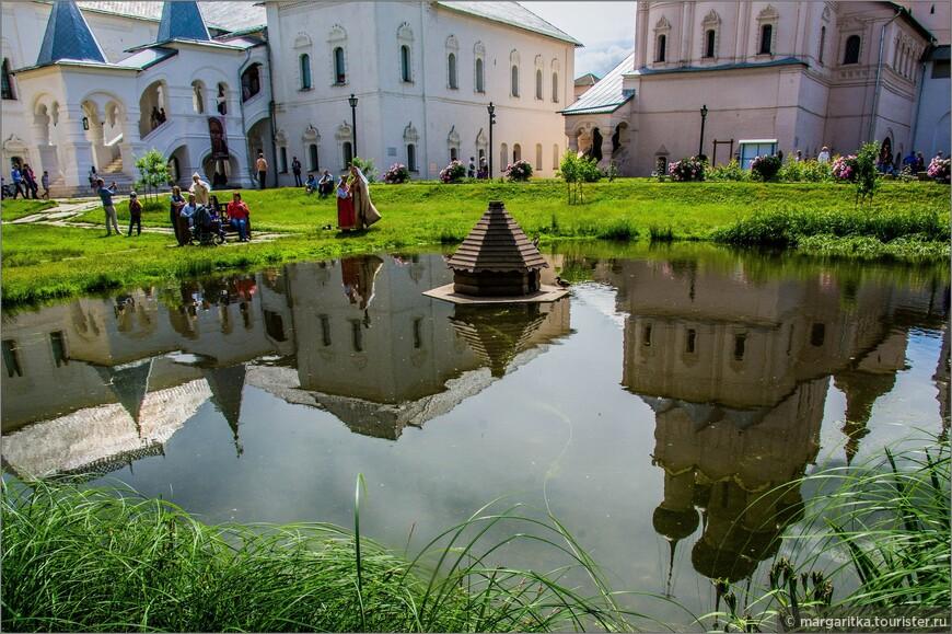 Церковь Иоанна Богослова и Красная палата