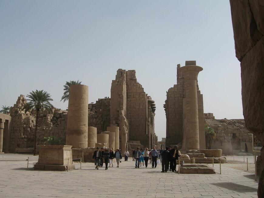 Вход в Карнакский храм. Карнакский храм находится в 15 км от Луксора, где во времена Среднего царства ( с 2000 г  до н.э.) была столица Египта Фивы