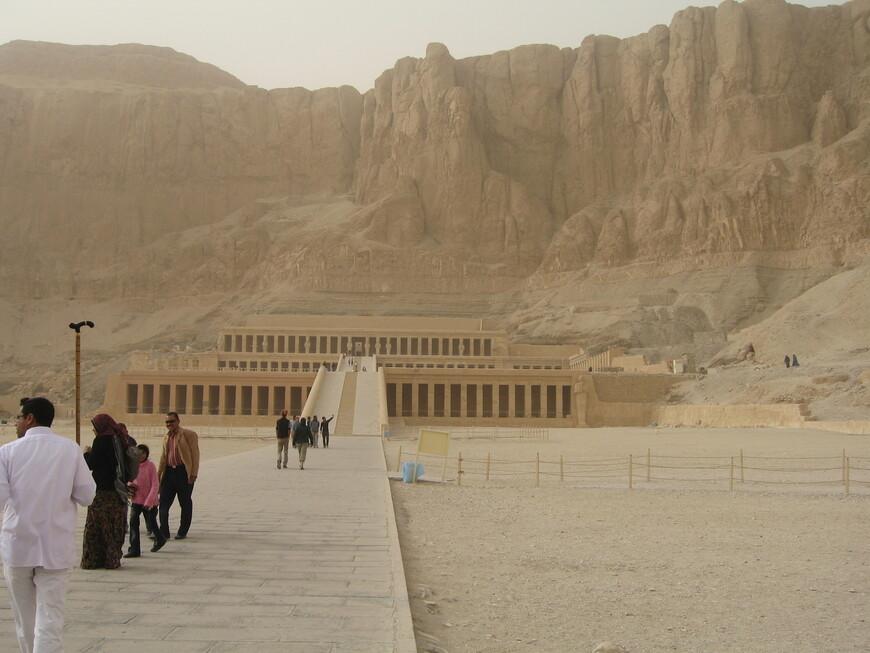 Поминальный храм Хатшепсут, женщины -фараона (1490-1462 гг до н.э.) вырублен в скале. Храм начали строить при жизни Хатшепсут,  здесь было очень много статуй, который уничтожил следующий фараон.