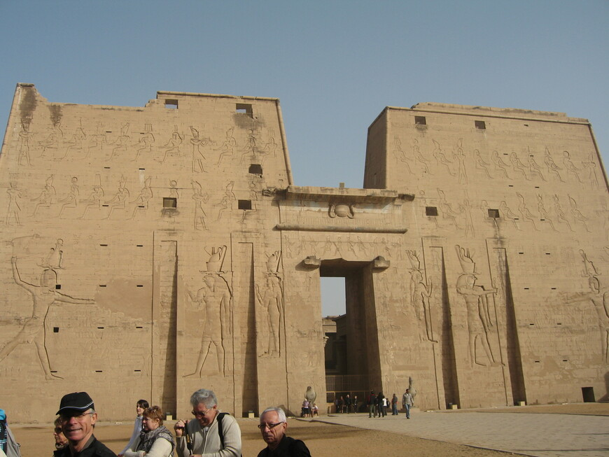 Храм Эдфу посвящен богу Хору, второй по величине после Карнакского. Был заложен в 237 г до н.э., строился 200 лет. длина 137м. высоты 36м