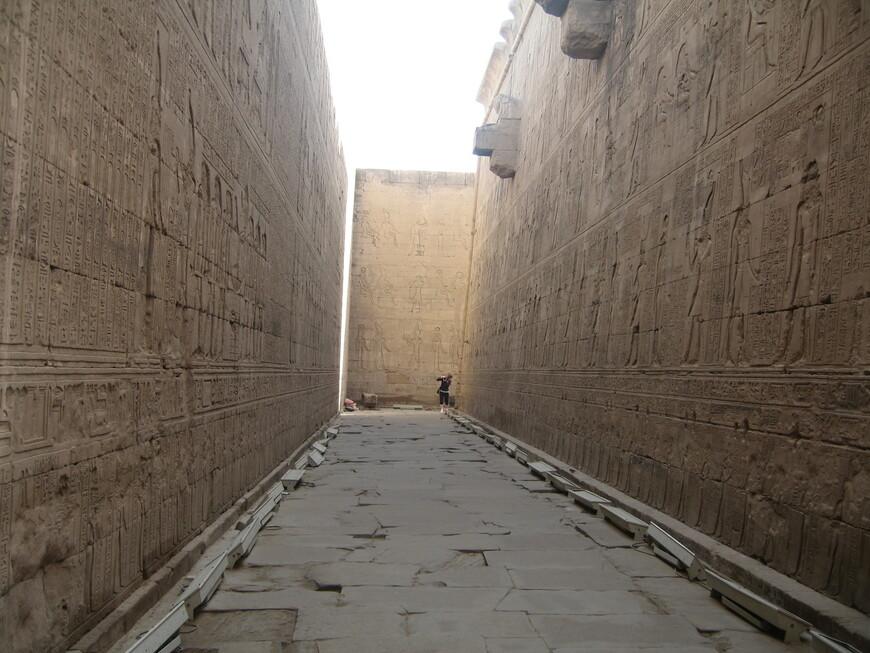 Стены в храме Эдфу