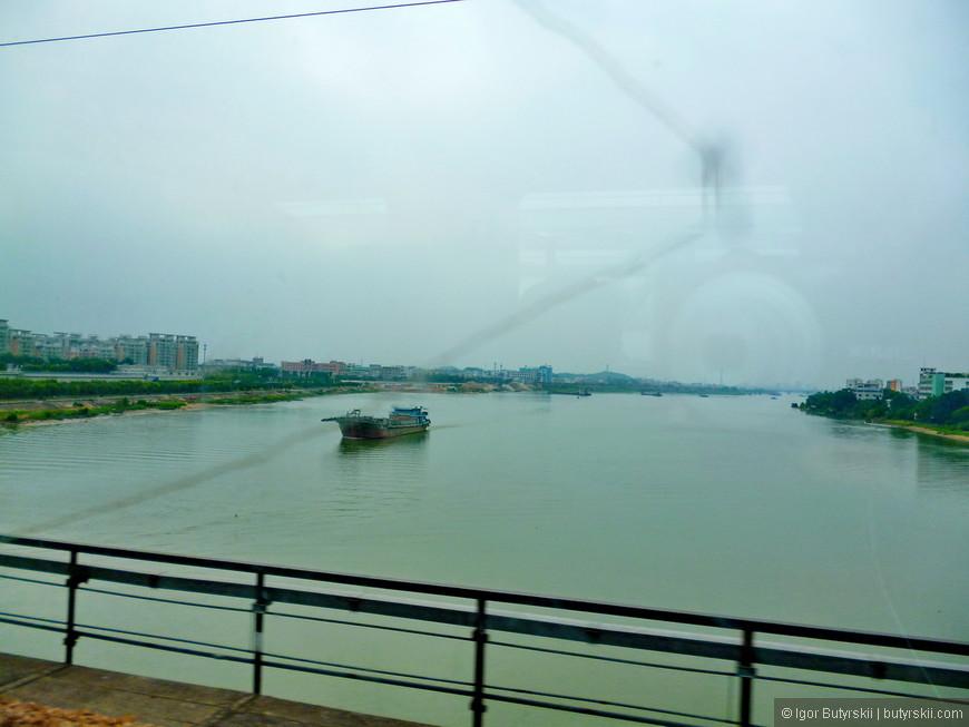 01. Подъезжая к городу со стороны Гуанчжоу на поезде, в этом регионе я передвигался только на поездах – быстро и удобно.