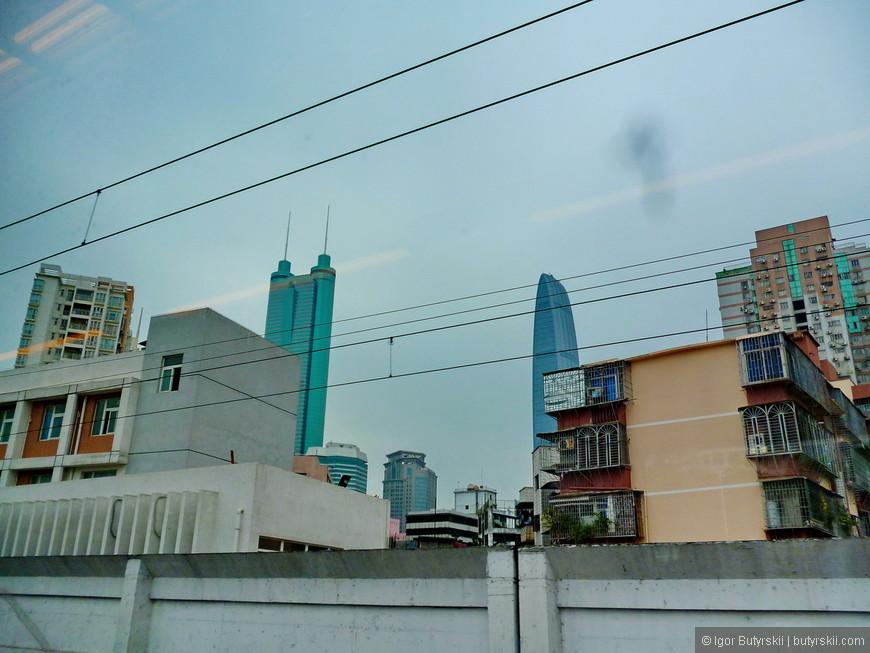 02. На протяжении более 100-130 километров за окном постоянно жилые дома, районы, города. Агломерация Гуандуна самая большая в Китае и практически уже слеплена из нескольких городов без границ. Почти 100 миллионов человек живут вместе в одном «комке».